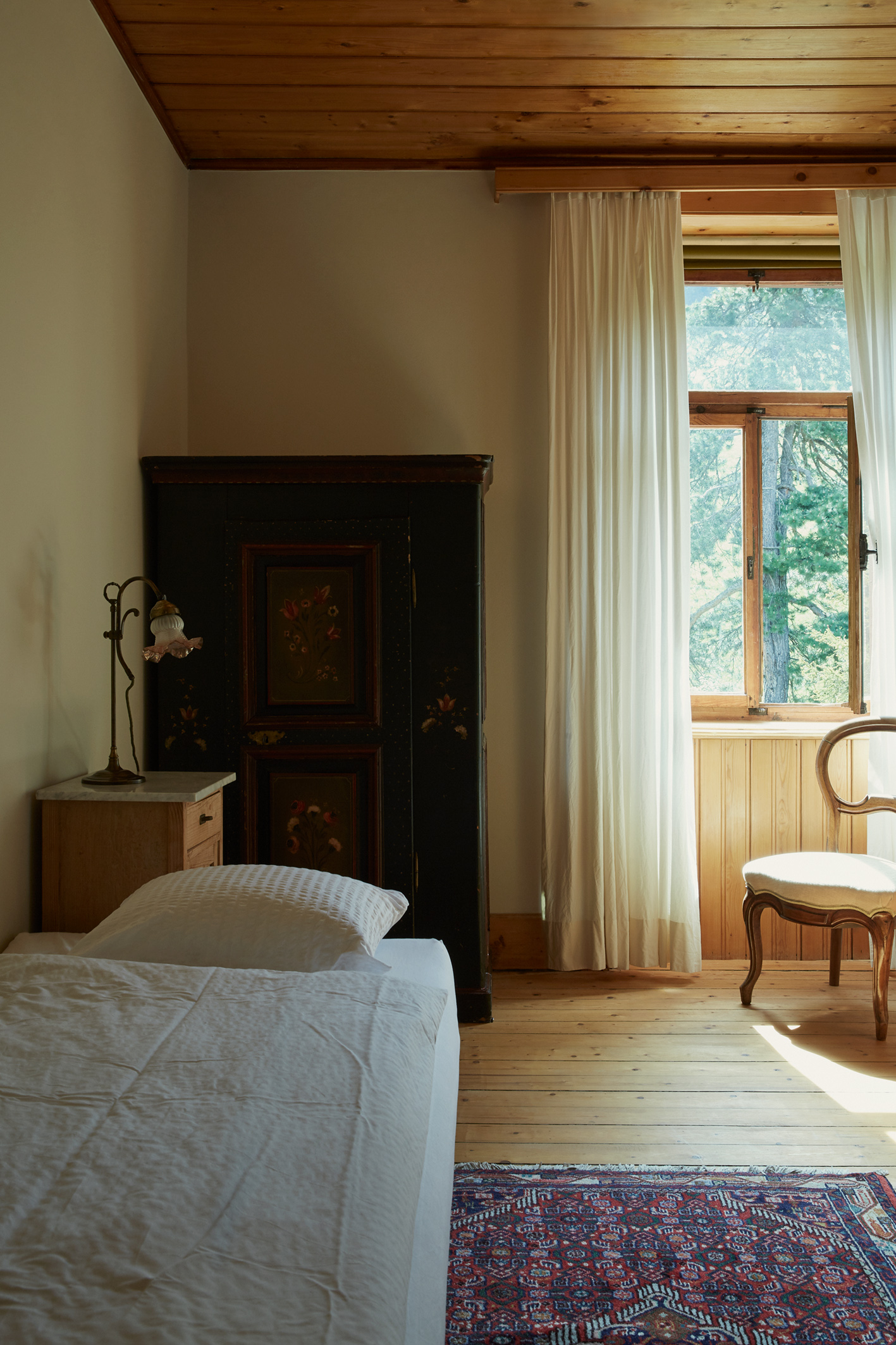 Stillvolles Einzelzimmer mit Blick ins Grüne