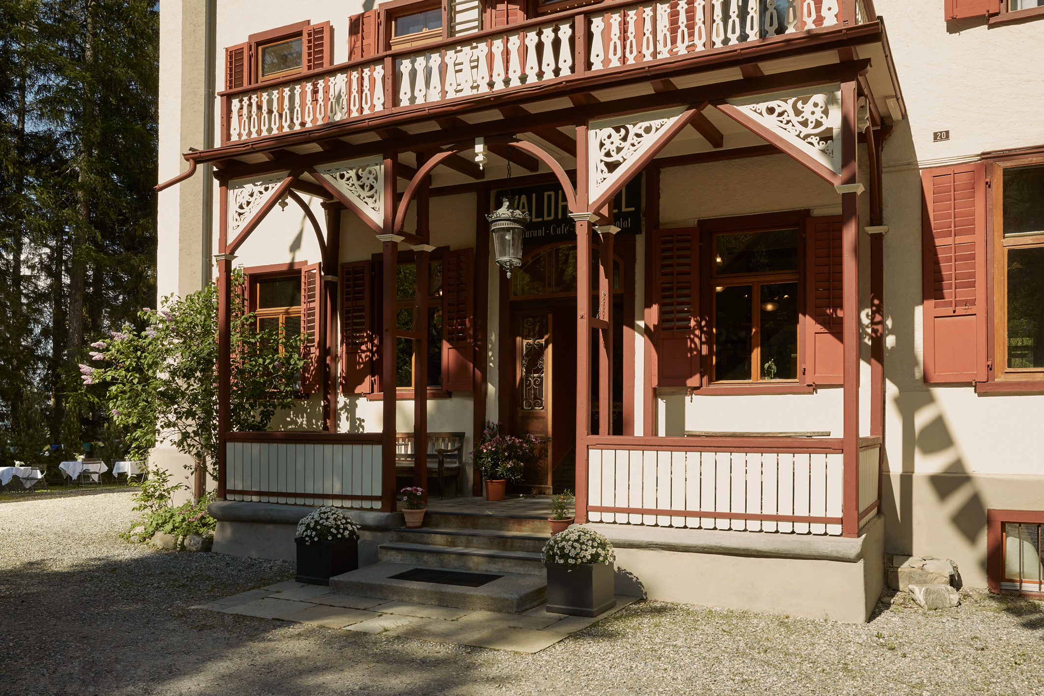 Haupteingang Waldhotel Pradaschier