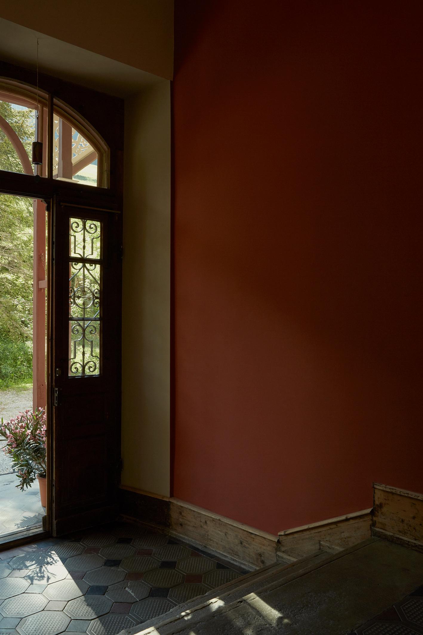 Tiefrote Details im Eingangsbereich